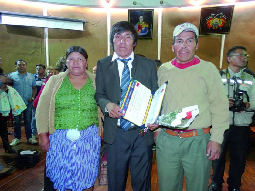 Juanito Araca al lado de sus padres.