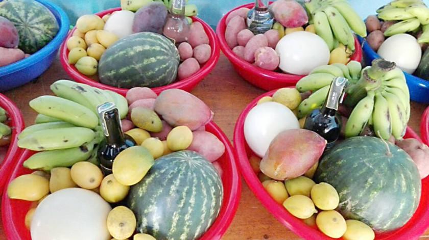 CANASTONES. Entregaron frutas y huevo de avestruz a alcaldes y concejales en Mojocoya.