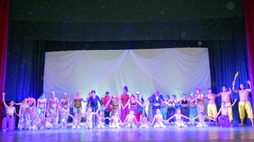 Ballet Capezio y todos los personajes de la obra.