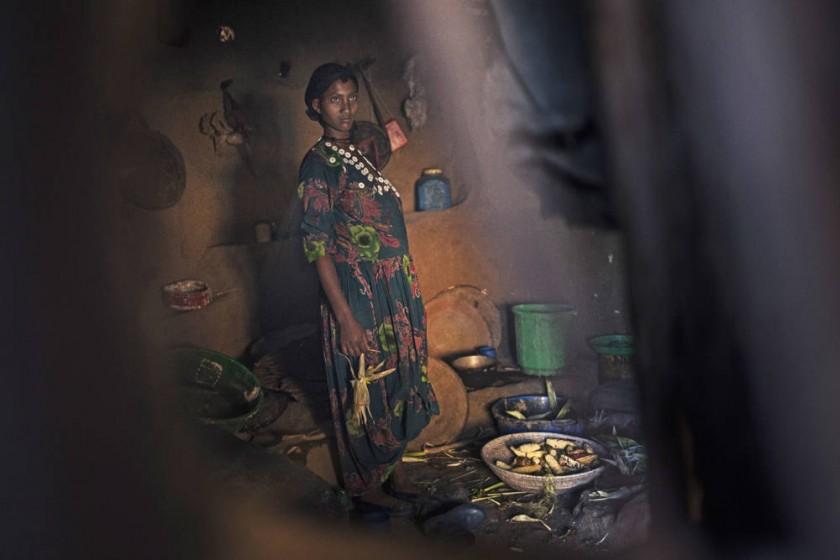 La niña etíope Abaynesh se dispone a asar las mazorcas de maíz que servirá para la comida de toda la familia.