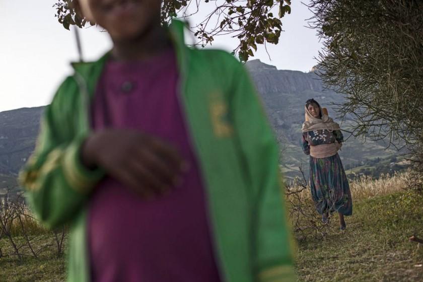 Abaynesh regresa del río de buscar agua. Lleva un bidón de aproximadamente 25 litros sobre la espalda.