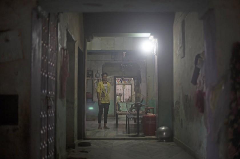 Ramgani, de pie en el medio de la estancia principal de la casa de sus padres. Tiene 18 años y lleva casada desde los...
