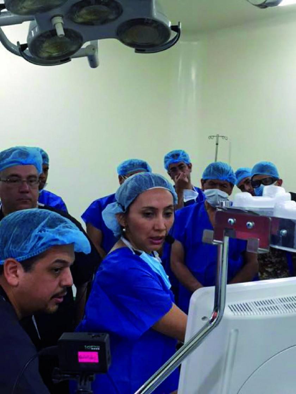 Sandra Canseco explica a alumnos la práctica de la ecoendoscopía.