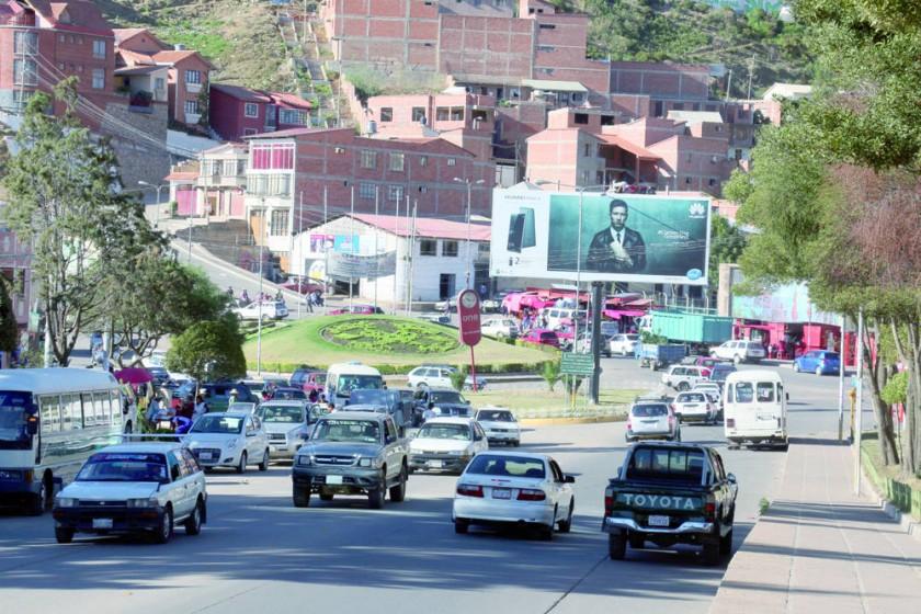 AMENAZA. El intenso tráfico en la avenida Juana Azurduy de Padilla se convierte en una permanente amenaza para los...