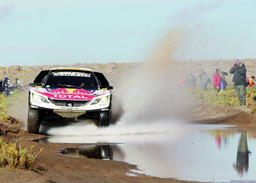 El francés Sébastien Loeb, a bordo de su coche Peugeot, se impuso en la octava etapa del Rally Dakar y asumió el...