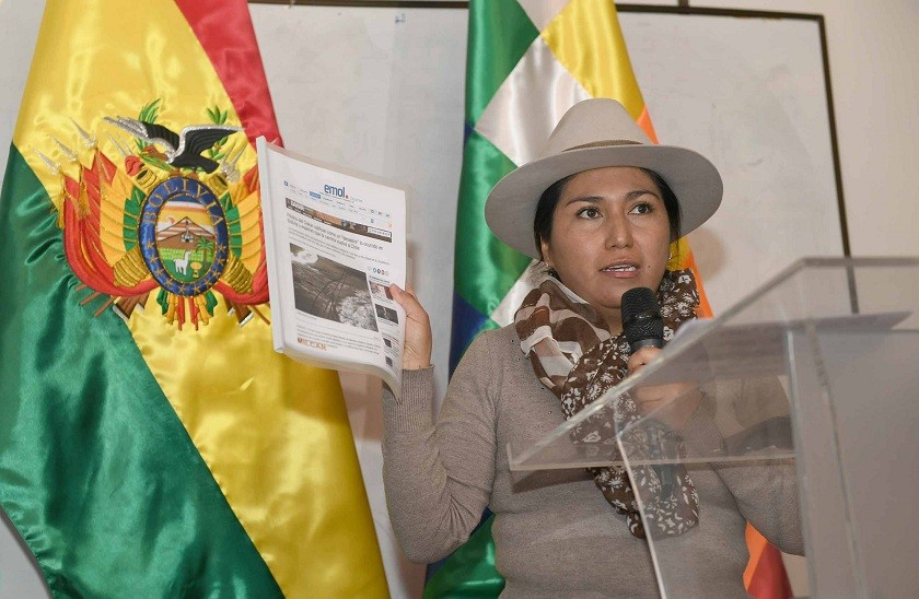 La Ministra de Comunicación mostró publicación del diario chileno Emol. Foto: ABI