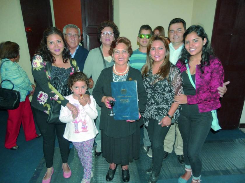 Graciela Olivares junto con su familia.