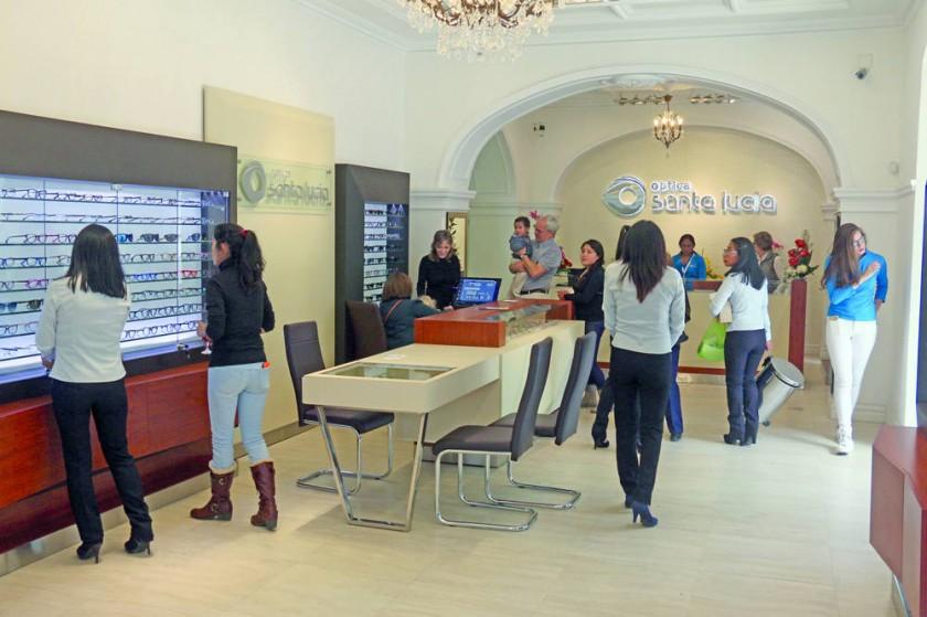 ÓPTICA. Santa Lucía estrena una tienda donde expone unos 1.000 modelos de monturas.