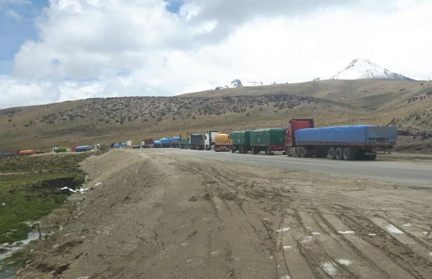 Centenares de camiones con carga boliviana está retenido en la carretera. Foto: Gentileza