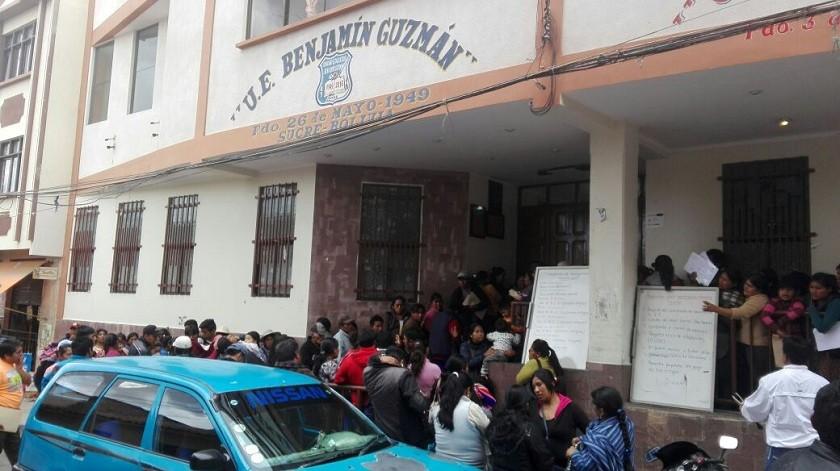 Padres de familia formaron largas filas en la unidad educativa Benjamín Guzman. Foto: Enrique Quintanilla