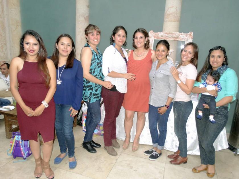 Adriana Ramírez rodeada de sus amigas.