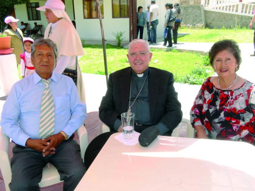 Guillermo Rivera, Monseñor Jesús Juárez  y Graciela de Rivera.