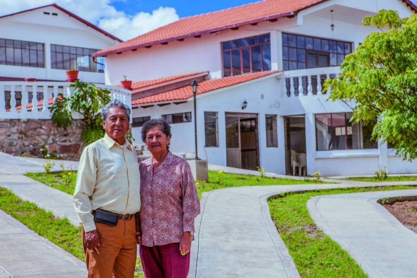 Los esposos, doctor Guillermo Rivera y Graciela Arroyo, delante de la infraestructura especializada que construyeron...