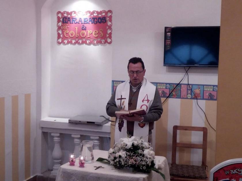Padre Enrique Quiroga durante la bendición.