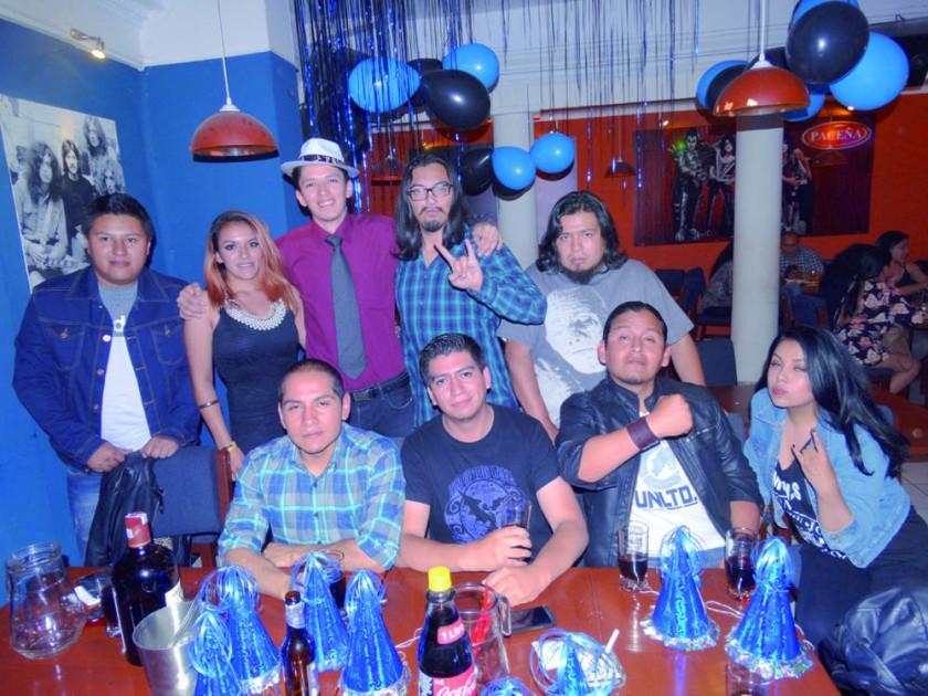 El cumpleañero Widen Luppa celebró su cumpleaños al lado de sus amigos.