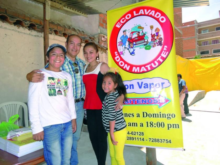 Carlos Ustarez y Marianela Pasquier junto con sus hijos Matías y Julieta.