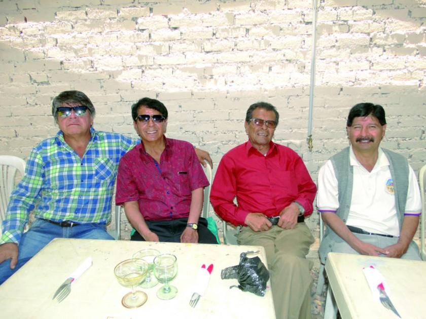 Juan, Wálter y Simón Barrios junto con Leo Panozo.