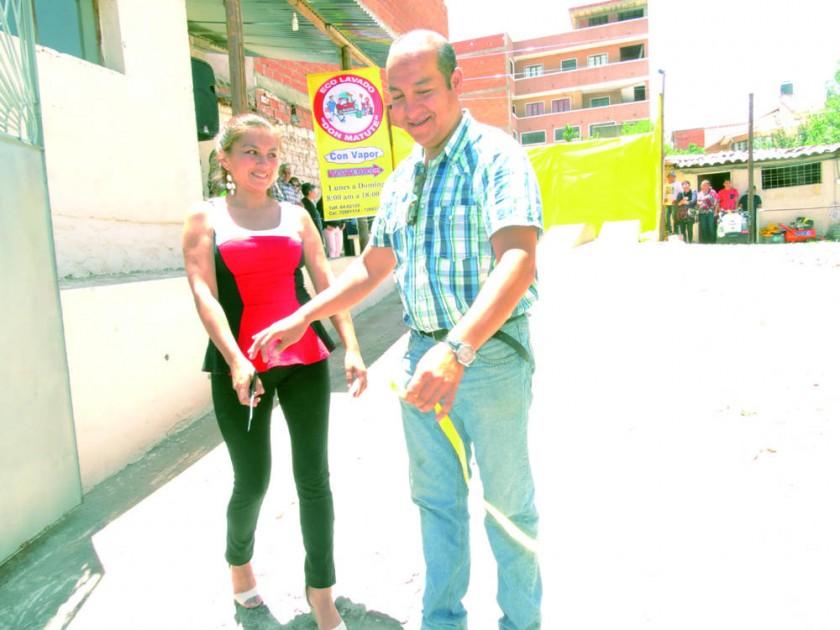 Marianela Pasquier y Carlos Ustarez  en el corte de cinta.
