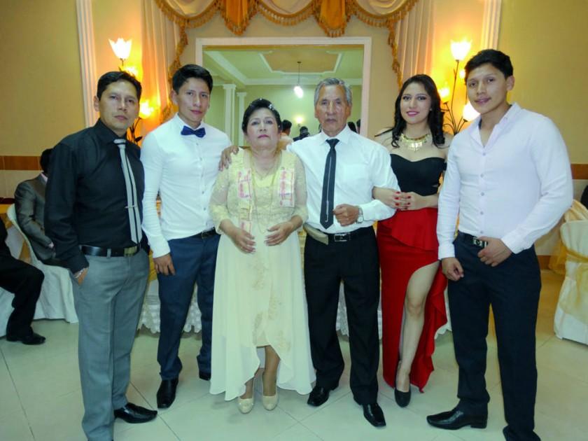 Los esposos junto a sus hijos.
