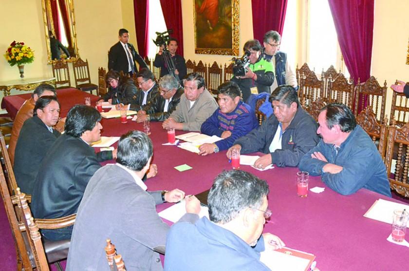 ACERCAMIENTO. El presidente Morales recibió a los dirigentes de la COB en La Paz.