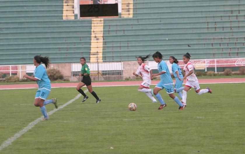 Chuquisaca obtuvo el segundo lugar en varones; abajo, un pasaje del partido femenino frente a Oruro.