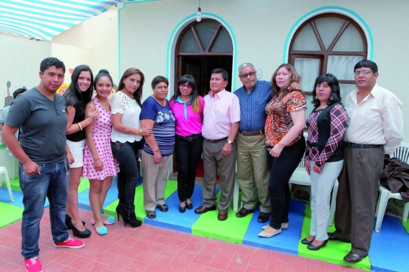Patricia Vásquez junto con su familia.