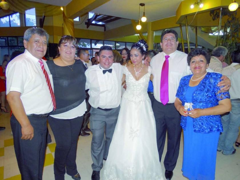 La novia junto con su familiFavio Pórcel, María del Rosario Ríos, Orlando Flores, Consuelo Romero, Rodolfo Aguirre...