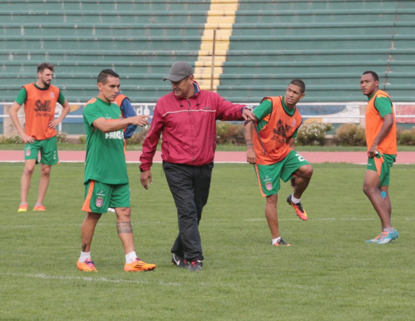 El equipo estudiantil sostuvo una sesión de fútbol ayer, en el estadio Patria, pensando en su visita a Blooming.