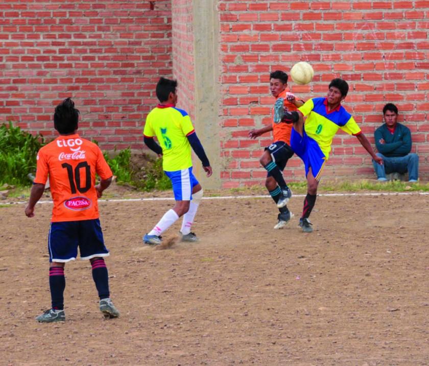 Los partidos se juegan en canchas de tierra.