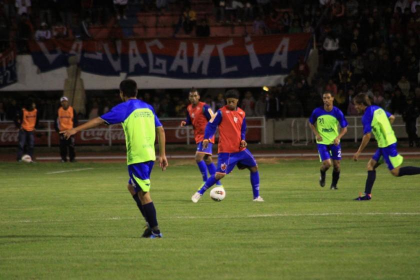 Ronaldinho en uno de los pasajes del amistoso ante Universitario.