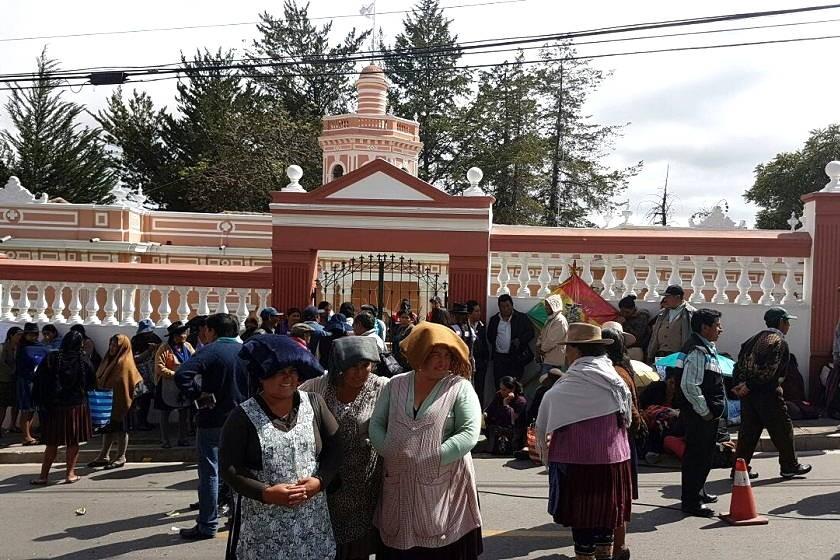 Los comerciantes del Mercado San Antonio bloquean el ingreso a las oficinas ejecutivas de la Alcaldía. Foto: César Vale