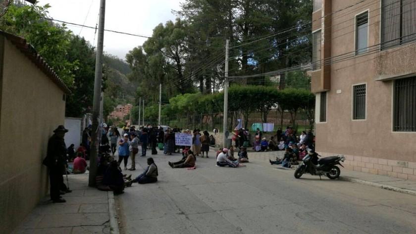 Los comerciantes del Mercado San Antonio bloquean otroingreso a las oficinas ejecutivas de la Alcaldía.