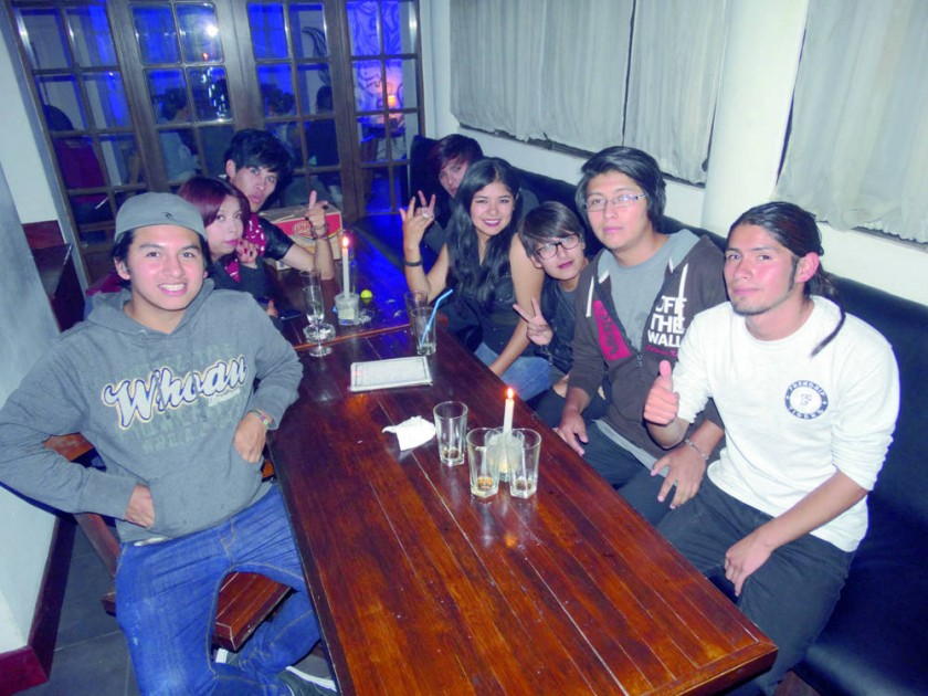Celebración del cumpleaños de Sunder K-pop (tercero izquierda).