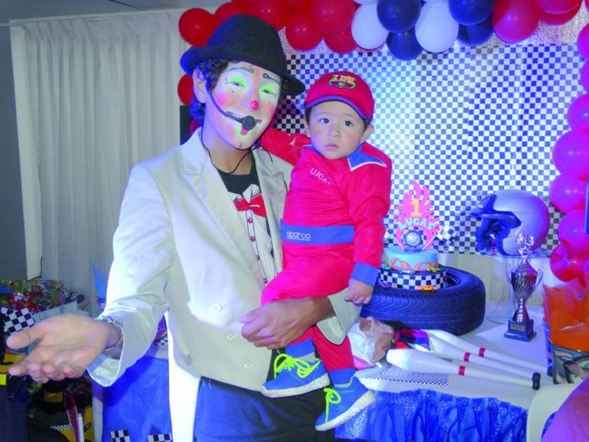 El payasito Daba Junior al lado del cumpleañero Lucas.