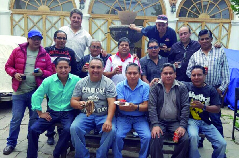 Alumnos de la ex Promoción 1987 del colegio nacional Jaime Zudáñez