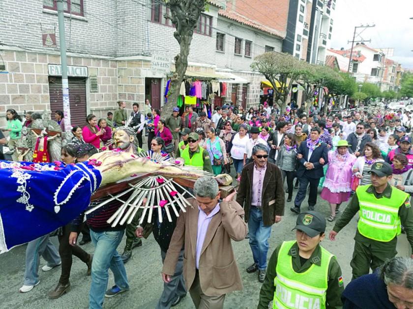 FESTIVIDAD. Los compadres y las comadres, durante la procesión del Señor de los Desamparados.