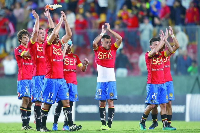 El empate de anoche fue festejado por los chilenos (arriba), pero dejó un sabor amargo para los atigrados.