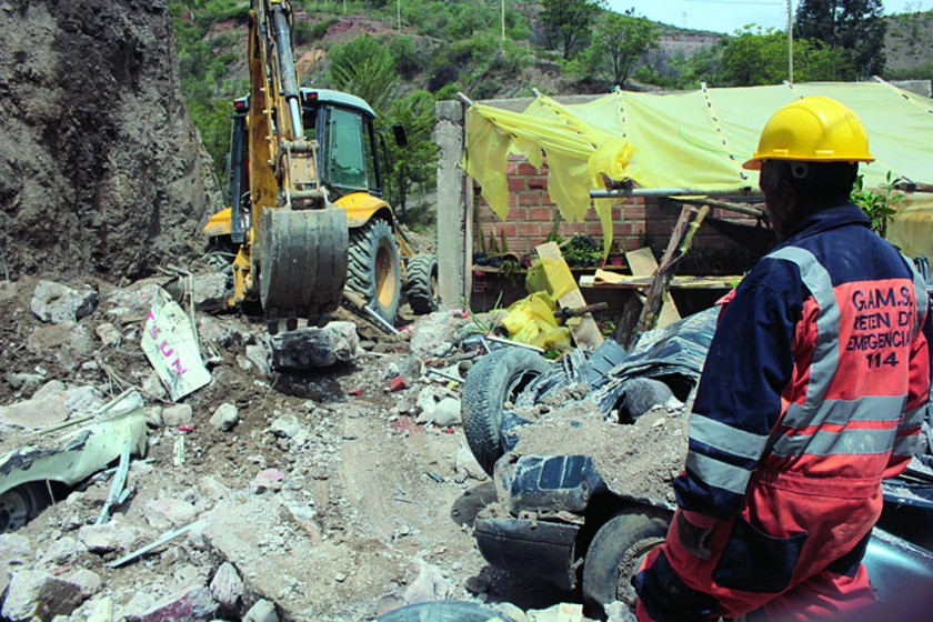 DERRUMBE. El Retén de Emergencias removió los escombros del muro desplomado en una casa del barrio Socavón.