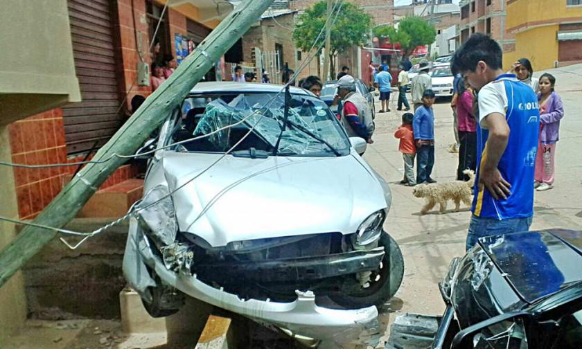 COLISIÓN. El taxi quedó con su parachoque abollado y el poste de energía eléctrica doblado producto del golpe.