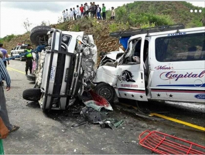 Dos minibuses chocaron a la altura de la comunidad de Zamora, Aiquile. Foto: Grupo de Rescate Voluntario Aiquile