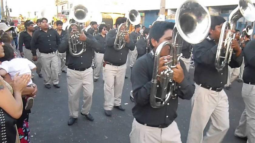 Las bandas y los sikuris, infaltables animadores de los comparseros en Carnaval. CORREO DEL SUR