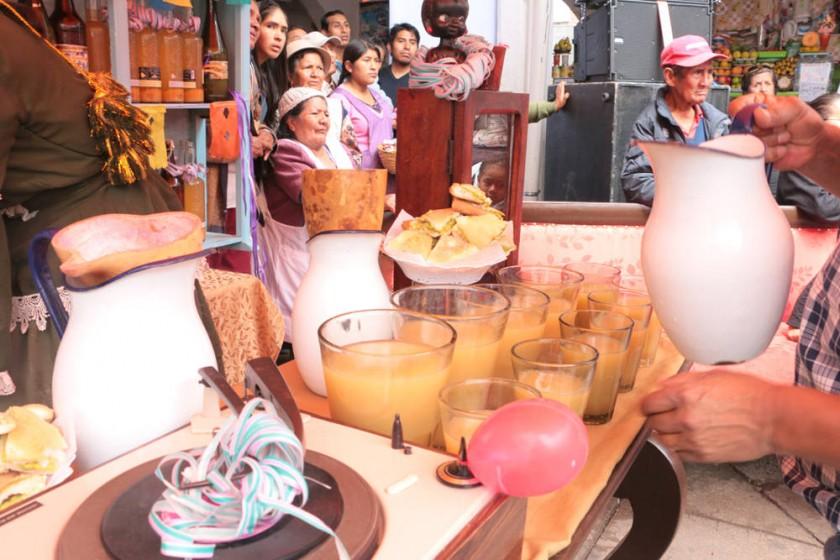 Los cascarones, la chicha, el sándwich de palta y la leche de tigre, tradicionales del Carnaval de Sucre. capitales