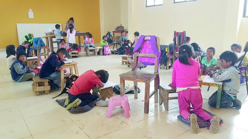 PRECARIEDAD. Cada alumno llevó de su casa una silla o un banco que habitualmente utiliza como mesa para hacer sus...