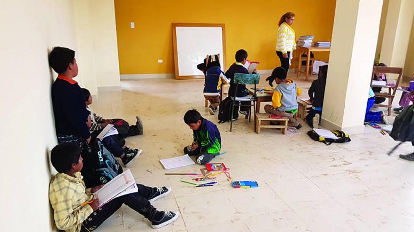 En Sinaí estudian en el piso