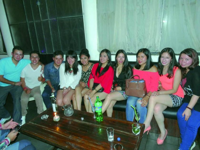 Araceli Farfán (quinta derecha) estuvo acompañada de sus amigos luego de su acto de colación.