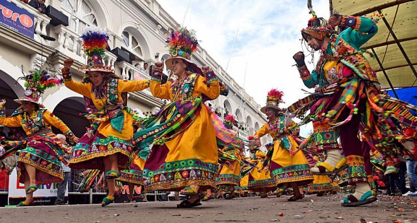 TINKUY. Los bailarines derrocharon energía a lo largo del recorrido de la Entrada del Carnaval de Oruro.