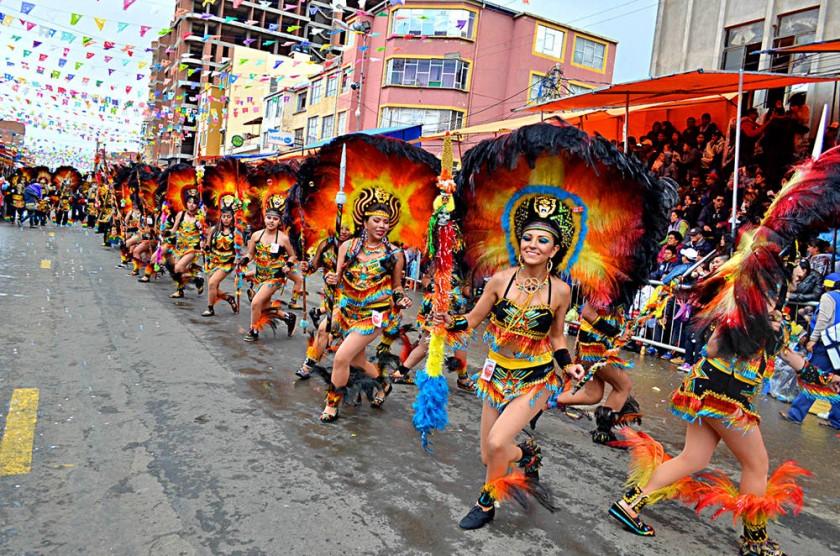 ENTRADA. Los bailarines de la danza de los tobas mostraron el colorido de los trajes y la esencia del baile.