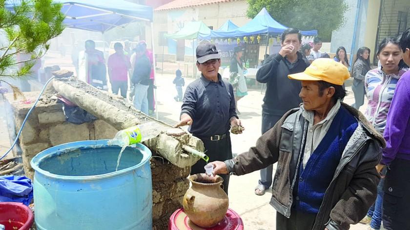 CELEBRACIÓN. Productores de singani mostraron el proceso de destilado artesanal.