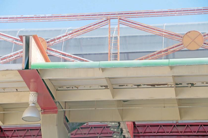 El sector en el que se construirá una de las dos mini canchas de césped sintético; al lado, los techos de los...