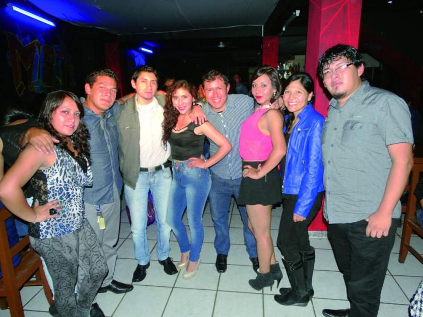 Chintia Ríos (cuarta derecha) y Mayra Ramírez (tercera izquierda), celebraron su cumpleaños con la mejor compañía.